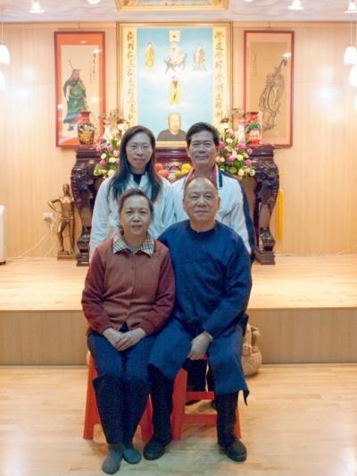 羅元豐、羅偉芳父女與老師、師母。